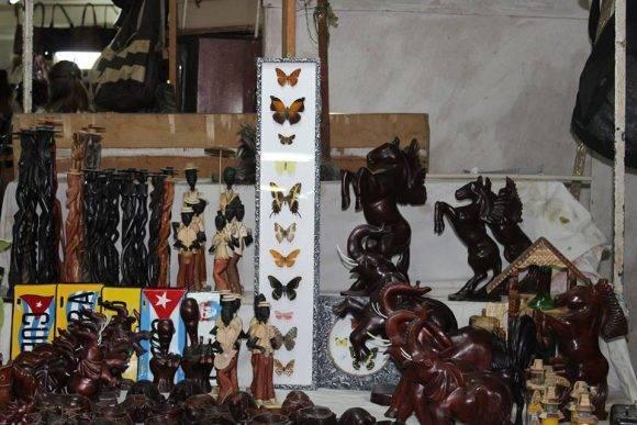 Venta de mariposas en la tienda Fin de Siglo. Foto: Alejandra García / Cachivache Media.