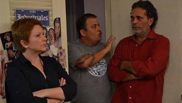 """Lester Hamlet (centro) junto a los protagonistas de """"Ya no es antes"""", Isabel Santos y Luis Alberto García, durante la filmación de la película. Foto: Tomada del Facebook de Lester Hamlet."""