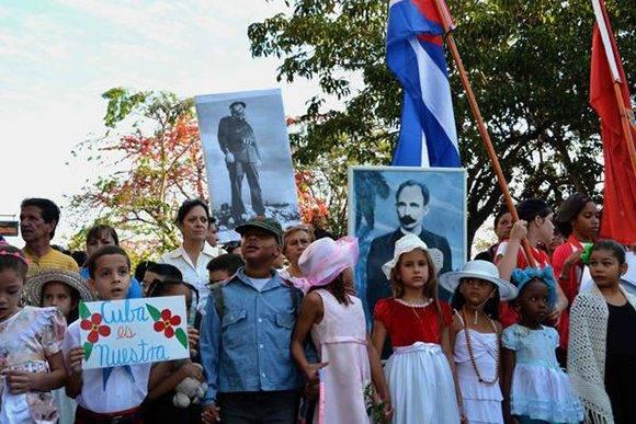 Desfile pioneril martiano en la ciudad de Cienfuegos en tributo a José Martí, en el aniversario 164 de su natalicio, y en recordación al Comandante en jefe Fidel Castro,  desde el paseo del Prado de la ciudad hasta el parque que lleva el nombre del Héroe Nacional de Cuba, el 28 de enero de 2017.  ACN  FOTO/Modesto GUTIÉRREZ CABO/sdl