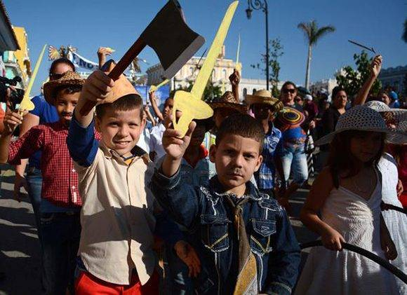 Los niños dieron vida a los personajes de La Edad de Oro, en el desfile martiano que rindió homenaje al Héroe Nacional José Martí, en el aniversario 164 de su natalicio, y al Comandante en Jefe  Fidel Castro, en Sancti Spíritus, Cuba, el 28 de enero de 2017.   ACN FOTO/Oscar ALFONSO SOSA/ogm