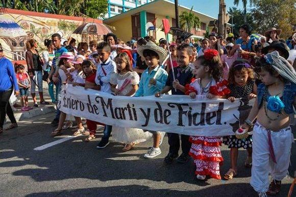 Consignas, carteles y otras iniciativas acompañan el periplo, realizado desde la Plaza Martiana, hasta el Parque 26 de Julio, durante el desfile pioneril martiano en homenaje a José Martí, Héroe Nacional de Cuba, en el aniversario 164 de su natalicio, y al líder histórico de la Revolución cubana, Comandante en Jefe Fidel Castro, realizado en el  municipio de Las Tunas, el 28 de enero de 2017. ACN FOTO /Yaciel PEÑA DE LA PEÑA/sdl