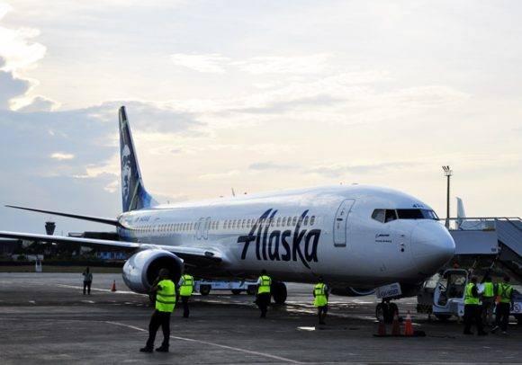 El avión de Alaska Airlines que inauguró los vuelos de esa compañía estadounidense a Cuba. Foto: Roberto Garaycoa/ Cubadebate.