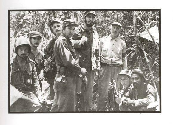 En la Sierra Maestra con un grupo de combatientes rebeldes, entre ellos, Raúl Castro, Juan Almeida, Ernesto Che Guevara, Guillermo García, Crescencio Pérez, y Universo Sánchez, 1957. Autor: Saint, George Andrew