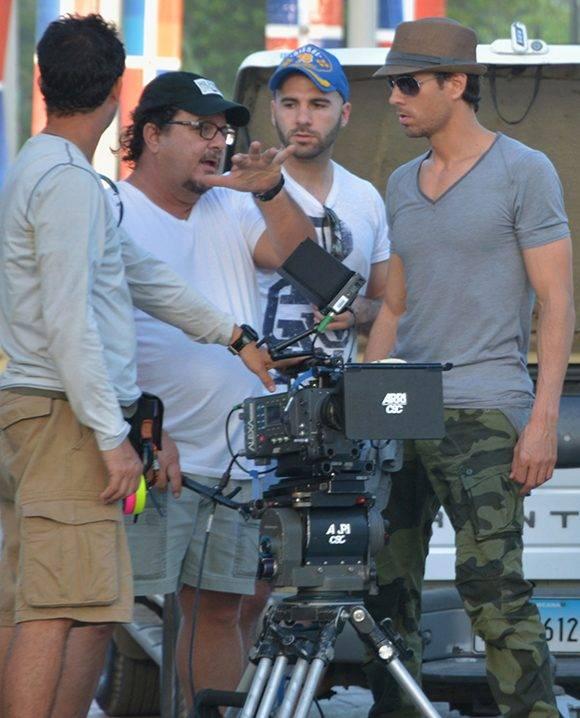 """Alejandro Pérez (2do de izq a der.) da indicaciones a Enrique Iglesias durante la filmación del video clip """"Bailando"""". Foto: alejandroperez.com"""