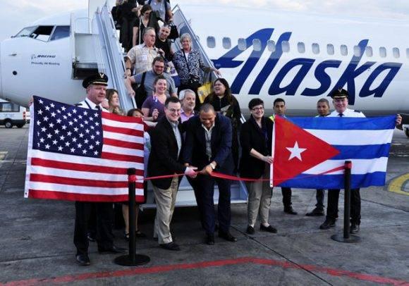 Joseph A. Sprague, vicepresidente de Comunicaciones y Relaciones Internacionales de Alaska Airlines (izq.) y Juan Carlos Quintana, director general del Aeropuerto Internacional José Martí, cortan la cinta del vuelo inagural de Alaska Airlines. Foto: Roberto Garaycoa/ Cubadebate.