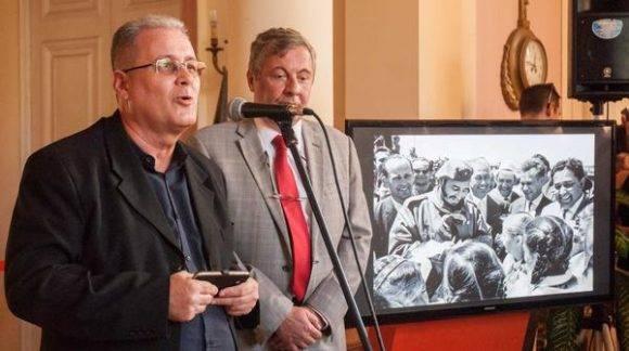 Elio Gámez (I), Vicepresidente Primero del Instituto Cubano de Amistad con los Pueblos (ICAP), y Serguey Redchikov (D), Ministro del Consejo de la Embajada de la Federación de Rusia, en la exposición fotográfica de fotos de Fidel en Rusia, en la sede del ICAP. Foto: ACN