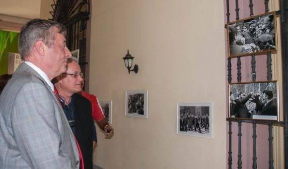 Serguey Redchikov (I), Ministro del Consejo de la Embajada de la Federación de Rusia, y Elio Gámez (D), Vicepresidente Primero del Instituto Cubano de Amistad con los Pueblos (ICAP), recorren la exposición fotográfica de fotos de Fidel en Rusia. Foto: Diana Inés Rodríguez/ ACN.