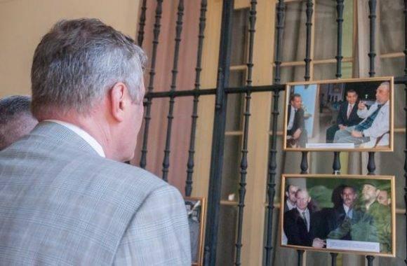 Serguey Redchikov, Ministro del Consejo de la Embajada de la Federación de Rusia, recorre la exposición fotográfica de fotos de Fidel en Rusia. Foto: Diana Inés Rodríguez/ ACN.