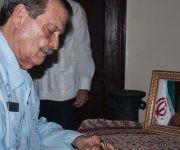 El viceministro del Minrex, Abelardo Moreno también firmó el libro de condolencias por el deceso del expresidente iraní. Foto:  Diana Inés Rodríguez/ ACN.