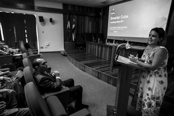 Ailyn Febles durante una sesión de Viernes TIC, el 7 de octubre de 2016. Foto: Fernando Medina Fernández/ Cachivache Media.