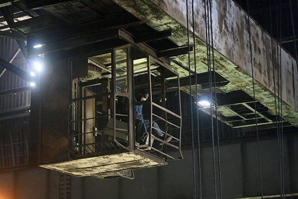 """Los trabajadores del las empresas estatales """"ganan menos cuando se ven compitiendo con el mismo electricista, que en lugar de subirse arriba de una grúa a 35 metros, se sienta en un asiento a enrollar un motor y trabaja por cuenta propia"""", dice el director de la Antillana de Acero. En la imagen, una de esas grúas a 35 metros. Foto: José Raúl Concepción/ Cubadebate."""