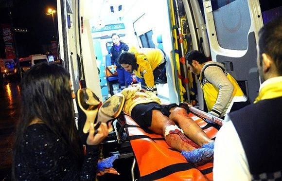 Los servicios de emergencia atienden a uno de los heridos.
