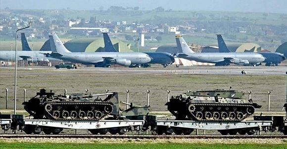 Aviones y tanques estadounidenses en la base militar de Incirlik, en Turquía. Foto: Basri Bas/ EPA.
