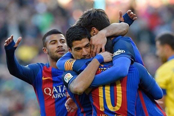 Luis Suárez abraza a sus compañeros del Barcelona después de marcar gol. Foto: AFP:.