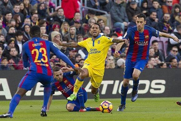 El centrocampista Jonathan Viera Ramos de Las Palmas (c) es presionado por los jugadores del Barcelona. Foto: EFE.