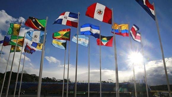 Banderas ondean frente a la sede de la III Cumbre de la CELAC  en San José, Costa Rica. Foto: La Nación.