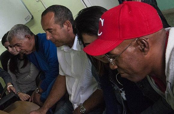 Carlos Martí, Yovani Aragón y Carlos Luois en la redacción de Cubadebate. Foto: L. Eduardo/ Cubadebate.