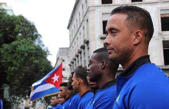 Integrantes del equipo de béisbol que representará a Cuba en la Serie del Caribe, a desarrollarse en Culiacán, México, durante la ceremonia de abanderamiento, efectuada en el Memorial Granma, en La Habana, Cuba, el 30 de enero de 2017. ACN FOTO/Omara GARCÍA MEDEROS/ogm