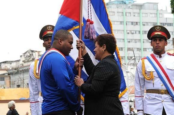 Olga Lidia Tapia Iglesias (D), miembro del Secretariado del Comité Central del Partido Comunista de Cuba (CC PCC), hace entrega a Alfredo Despaigne de la bandera que representará a Cuba en los próximos Juegos del Caribe, a celebrarse en Culiacán, México, en ceremonia efectuada en el Memorial Granma, en La Habana, Cuba, el 30 de enero de 2017. ACN FOTO/Omara GARCÍA MEDEROS/ogm