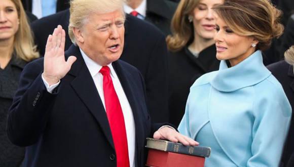 El momento en que Donald Trump jura sobre dos Biblias como presidente de Estados UnidosFoto: AP.