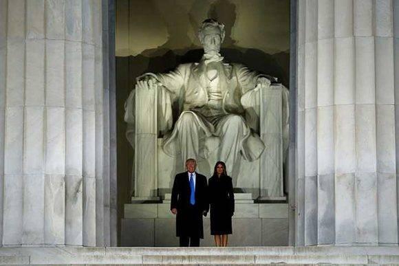 Donald Trump juto a su esposa Melani se presentaron en el Lincoln Memorial, en el concierto Make America Great Again y la ceremonia de bienvenida al presidente electo. Foto: Reuters.