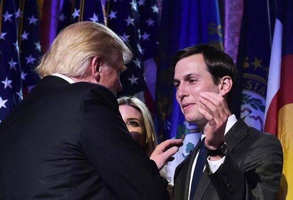 Donald Trump saluda a su yerno Jared Kushner en la noche electoral, el pasado 9 de noviembre.  Foto: AFP.