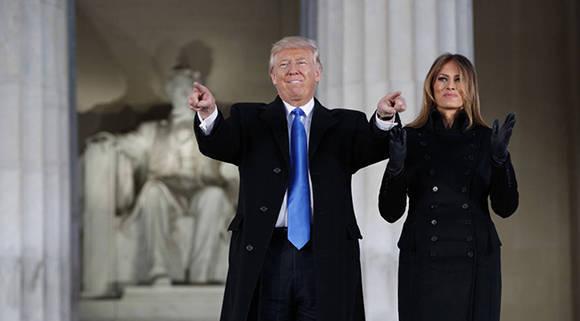 Donald Trump y su esposa Melania, en el monumento a Lincoln en Washington. Foto: Evan Vucci/ AP.