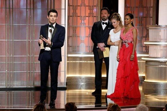 El director de la película 'La La Land', Damien Chazelle, recoge el premio a mejor director. Foto: Reuters.