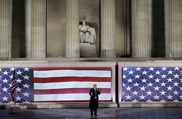 El presidente electo Trump habla ante sus partidarios en el Lincoln Memorial de Washington. Foto: AP.