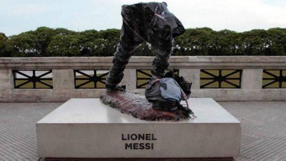 Así quedó la estatua de Messi. Foto tomada de Mundo Deportivo.