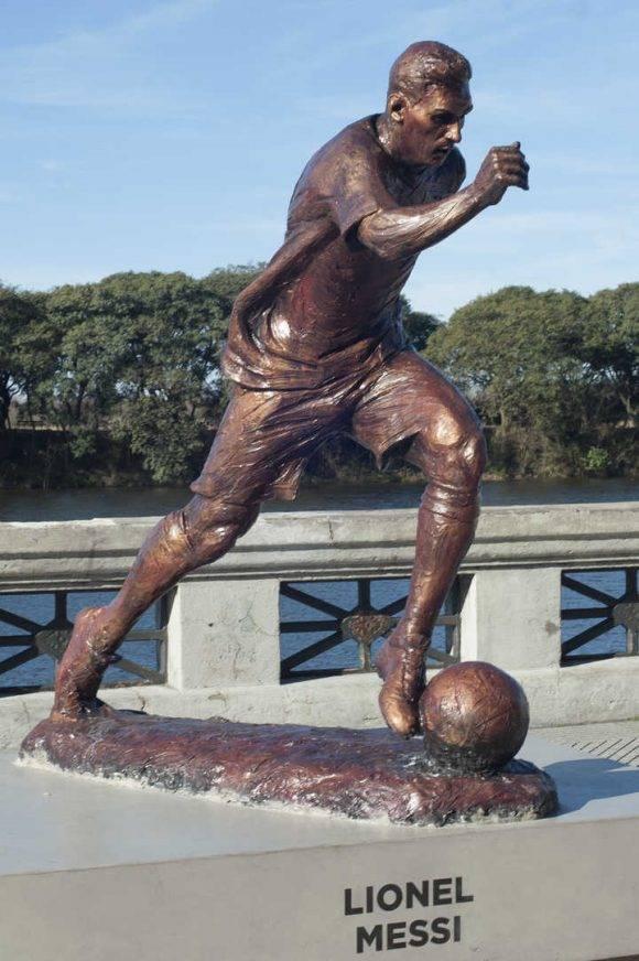 Buenos Aires 22 de julio 2016 costanera sur estatua a Lionel Messi erigida en el Paseo de la Gloria foto Rolando Andrade Stracuzzi ley 11723