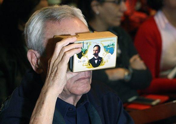 Eusebio Leal también probó la tecnología de Google. Foto: José raúl Concepción/ Cubadebate.