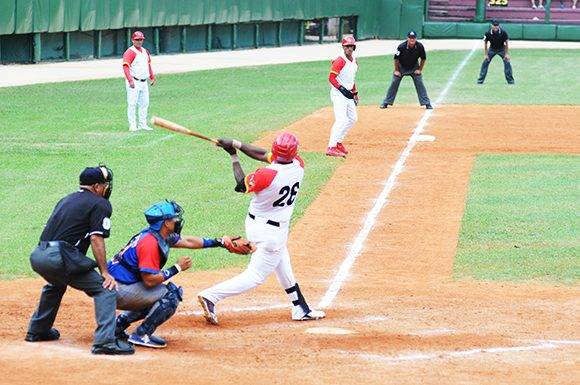 El cuarto bate yumurino, William Saavedra, pegó otro jonrón de postemporada. Foto: Katheryn Felipe/Cubadebate