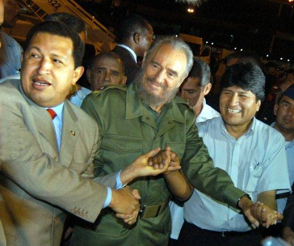 El Comandante en Jefe Fidel Castro Ruz, recibe al Presidente de Venezuela Hugo Rafael Chàvez Frìas, junto al Presidente de Bolivia Evo Morales, en el Aeropuerto Josè Martì. foto:(Jorge Luis Gonzàlez) 28-4-06 Chàvez01I9.