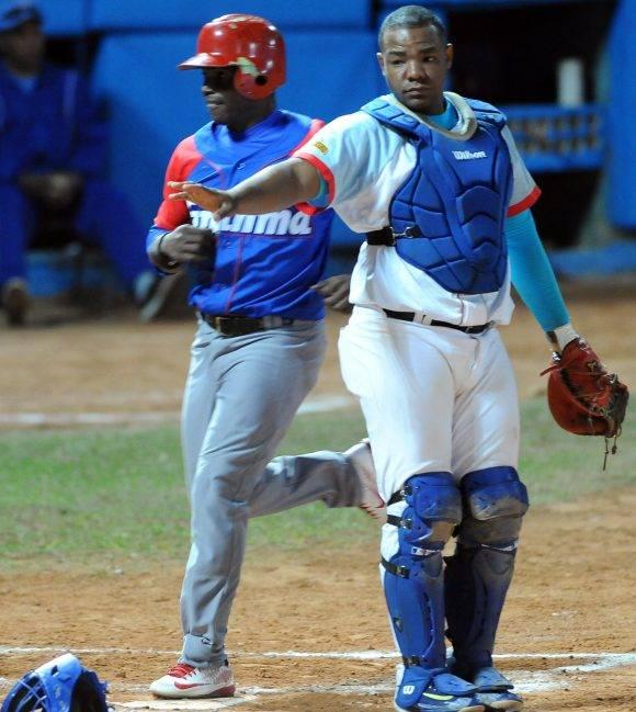 Beisbol-Serie-56-Final-CA vs GRM  Segundo juego , Yunior Paumier captura fly. Foto: Ricardo López Hevia / Granma / Cubadebate
