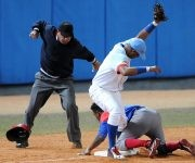 Beisbol-Serie-56-Final-CA vs GRM  Segundo juego , Jugada  en 3era base Roel Santos. Foto: Ricardo López Hevia / Granma / Cubadebate