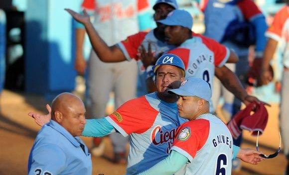 Protesta avileña por el arbitraje que terminó con tres expulsados.  Foto: Ricardo López Hevia / Granma / Cubadebate