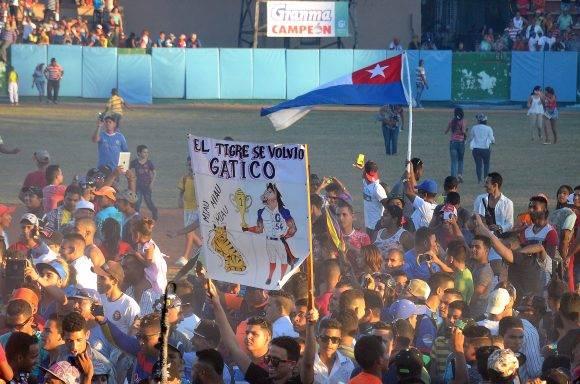 La afición se lanzó al terreno a festejar el primer título de Granma en Series Nacionales. Foto: Ricardo López Hevia / Granma / Cubadebate