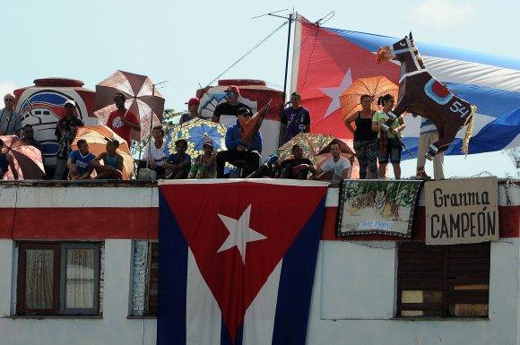 Afición en las azoteas cercanas al estadio Mártires de Barbados. Foto: Ricardo López Hevia / Granma / Cubadebate