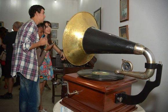 La exposición Edison desde Holguín, muestra de la colección privada del artista y restaurador Jorge Luis Betancourt, quedó abierta en la Galería Fausto Cristo, de la Unión de Escritores y Artistas de Cuba (UNEAC), en la ciudad de Holguín, Cuba, el 23 de enero de 2017, como homenaje al 140 aniversario de la invención del fonógrafo. Foto: Juan Pablo Carreras/ ACN