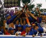 Los granmenses levanta el trofeo de Campeones Nacionales de Béisbol en la Serie 56. Foto: Roberto Morejón / JIT