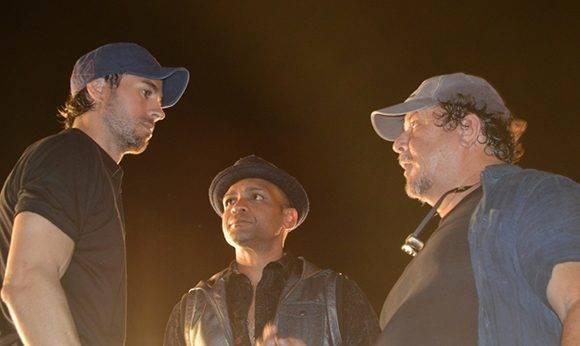 """Enrique Iglesias, Descemer Bueno y Alejandro Pérez durante la filmación de """"Súbeme la radio"""" en La Habana. Foto: Marianela Duflar/ Cubadebate."""