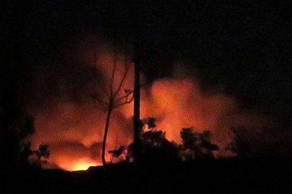 Incendio en el aeropuerto militar de Mezze, bombardeado por Israel según Damasco. Foto: AFP