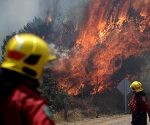 Firefighters are pictured during a forest fire in the town of Florida in the Biobio region, south of Chile January 23, 2017. REUTERS/Juan Gonzalez  FOR EDITORIAL USE ONLY. NO RESALES. NO ARCHIVE.