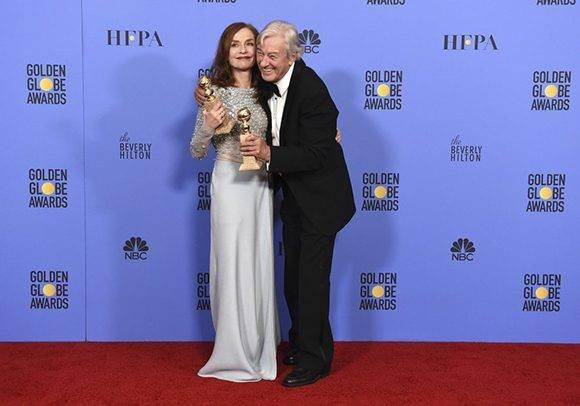 Isabelle Huppert, mejor actriz en película dramática por 'Elle', posa junto con el director de la película, Paul Verhoeven, galardonada como mejor película extranjera. Foto: AP.
