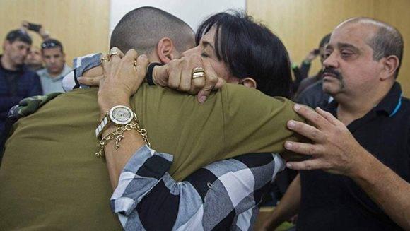 Azaria con sus padres, este miércoles antes de escuchar el veredicto en Tel Aviv. Foto: AFP.