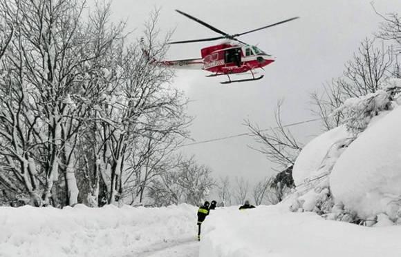 Los socorristas estuvieron toda la noche tratando de llegar al hotel ubicado cerca de la montaña de Gran Sasso. Foto: EPA