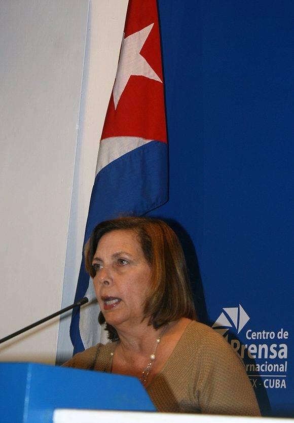 Josefina Vidal responde preguntas a la prensa sobre la eliminación de la política de pies secos- pies mojados. Foto: José Raúl Concepción/ Cubadebate.