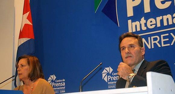 Josefina Vidal, directora general para Estados Unidos del Ministerio de Relaciones Exteriores de Cuba y Gustavo Machín, subdirector para EE.UU. del Minrex. Foto: José Raúl Concepción/ Cubadebate.