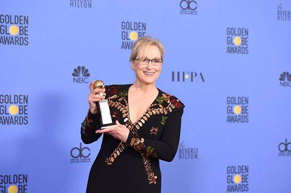 La actriz Meryl Streep posa para los medios con el premio honorífico Cecil B. De Mille, a toda su carrera. Foto: Robyn Beck/ AFP.